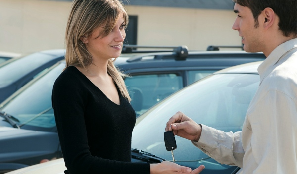 entrega-llaves-coche-alquiler-menorca